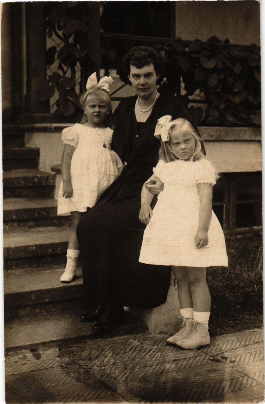 CPA-AK-Kronprinzessin-Cecilie-mit-ihren-beiden-Toechtern-GERMAN-ROYALTY-867434